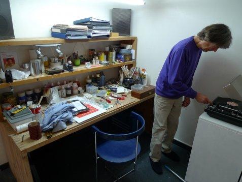 Harm in zijn atelier